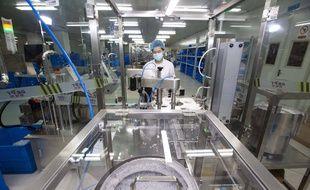 Des travailleurs chinois fabriquent un réactif de détection d'acide nucléique pour le nouveau coronavirus Codivid-19. usine de Comwin Biotech dans la ville de Taizhou