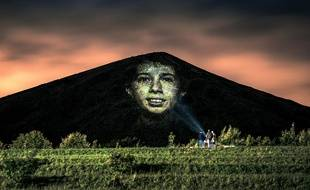Un visage projeté sur le terril de Loos-en-Gohelle, dans le Pas-de-Calais.
