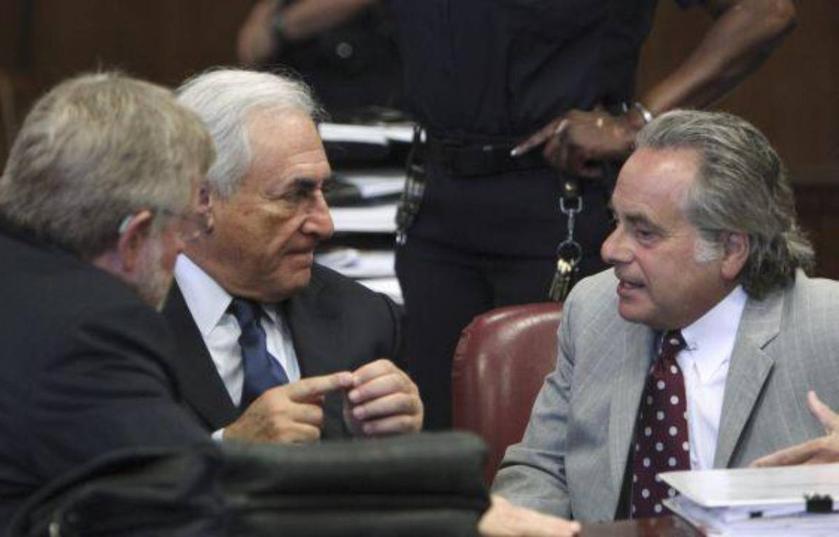 Dominique Strauss-Kahn (au centre), entouré de ses deux avocats, William Taylor (à gauche) et Benjamin Brafman (à droite), lors de son audience devant le tribunal de New York, le 6 juin 2011. – POOL NEW / REUTERS
