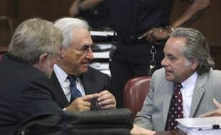 Dominique Strauss-Kahn (au centre), entouré de ses deux avocats, William Taylor (à gauche) et Benjamin Brafman (à droite), lors de son audience devant le tribunal de New York, le 6 juin 2011.