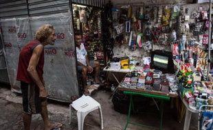 Un homme regarde le match du Mondial Pays-Bas-Espagne sur une télévision d'un kiosque à journaux à Rio de Janeiro, le 13 juin 2014
