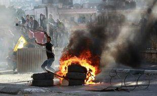 Un jeune Palestinien lance une pierre contre les forces de sécurité israéliennes, le 6 octobre 2015 à Bethléem
