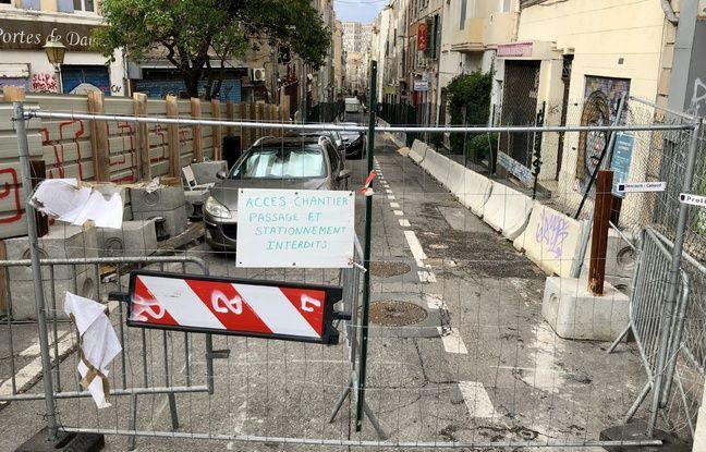 Le haut de la rue d'Aubagne, à Marseille, est toujours barré de grillage de protection.
