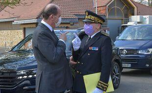 Le Premier ministre Jean Castex avec le préfet des Yvelines, Jean-Jacques Brot, à Saint-Rémy-lès-Chevreuse, le 15 avril 2021 (illustration).