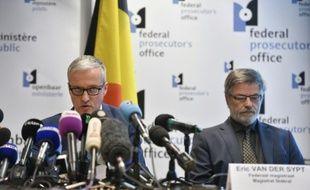 Le porte-parole du parquet fédéral belge Thierry Werts (g) lors d'une conférence de presse à Bruxelles, le 7 avril 2016