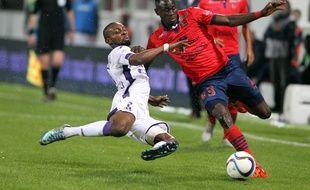 Le défenseur du Gazélec Ajaccio Issiaga Sylla tente de résister au tacle du capitaine toulousain Jean-Daniel Akpa Akpro.