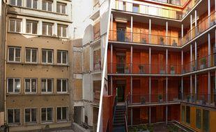 Rue Lafayette (10e), le chantier de conversion d'immeubles de bureaux en logement a particulièrement soigné le travail de la façade.