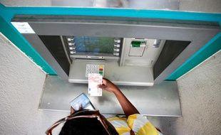 Un distributeur automatique bancaire à Marseille.