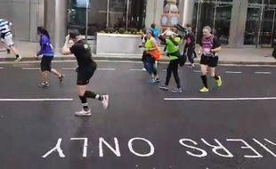 Un homme déguisé en Big Ben « tente » de participer au semi-marathon de Londres en mars 2019.