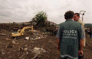 Le 22 septembre 2001, près de l'usine AZF, à Toulouse, au lendemain de l'explosion.