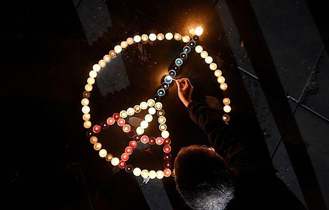 Sur la place de la République, à Paris, le 20 novembre 2015, des personnes rendent hommages aux victimes des attentats du 13 novembre.