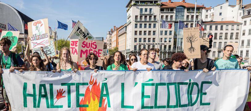 Des étudiants et lycéens de Youth for Climate France manifestent à Lyon, le 21 septembre 2019.