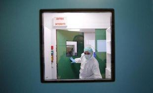 Un membre de l'Institut de recherche criminelle de la gendarmerie (IRCGN) travaille à l'identification ADN des victimes du crash de l'A320 de la Germanwings, dans un laboratoire de Pontoise le 30 mars 2015