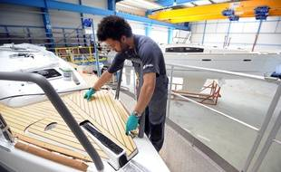 Un ouvrier travaille le 07 avril 2011 à la fabrication d'un monocoque dans l'unité de production du Groupe Beneteau à Belleville-sur-Vie.