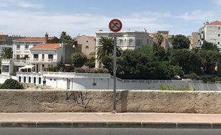 C'est depuis cet endroit, pourtant interdit, que de nombreux plongeurs s'élancent.