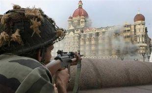 La police a procédé vendredi soir aux premières arrestations dans le cadre de l'enquête sur les attentats de Bombay en interpellant deux hommes soupçonnés d'avoir fourni au commando islamiste des cartes de téléphones portables, a annoncé samedi un officier.