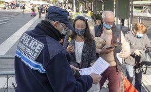 La Police Municipale effectue un contrôle des attestations de déplacement dérogatoires sur le marché Libération, à Nice