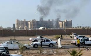 De la fumée s'élève de l'hôtel Al-Qasr, où logeait le Premier ministre yéménite, après un attaque à la roquette, le 6 octobre 2015 à Aden