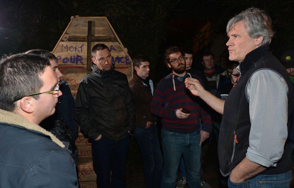 Le 21 février 2016, vers 20h, plusieurs dizaines d'agriculteurs se sont rendus devant le domicile de Stéphane Le Foll, dans la Sarthe. Le ministre de l'Agriculture a discuté une heure avec eux. – AFP