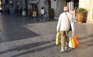 Un homme fait ses courses, dans le centre-ville de Montpellier.