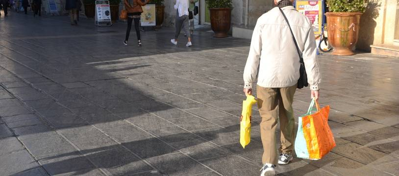 Un homme fait ses courses, dans le centre-ville de Montpellier