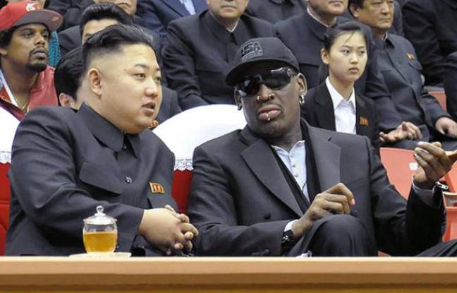 Le président nord-coréen Kim Jong-un (à g.) avec l'ancien basketteur Dennis Rodman, le 1er mars 2013 à Pyongyang.