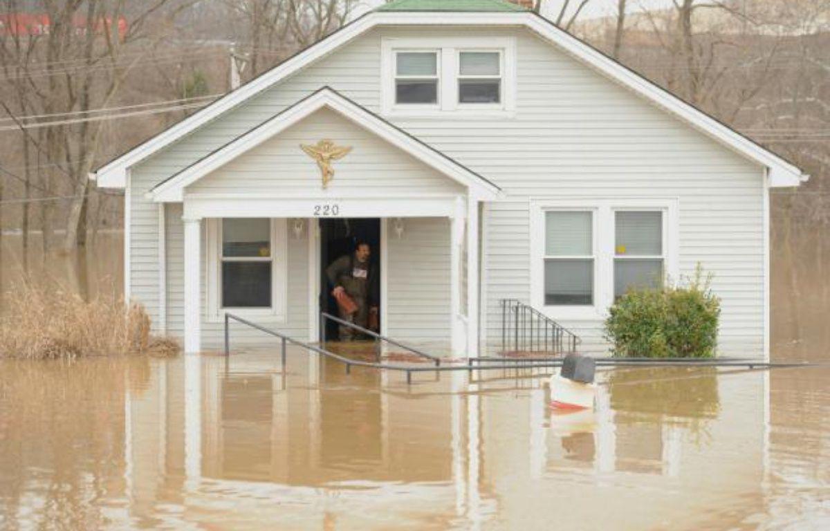 Un homme retire des débris de sa maison innondée le 30 décembre 2015 à Fenton dans le Missouri – Michael B. Thomas GETTY IMAGES NORTH AMERICA