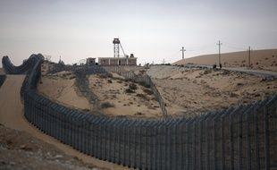 Nitzanei (Egypte), le 20 août 2013. Des soldats égyptiens patrouillent le long de la frontière avec Israël dans le nord du Sinaï.
