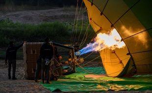 Illustration d'une montgolfière, peu avant son décollage.