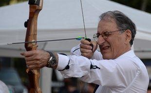 Denis Masseglia, le président du CNOSF, s'essaie au tir à l'arc lors du Bastille Day à Rio, le 14 juillet 2015.