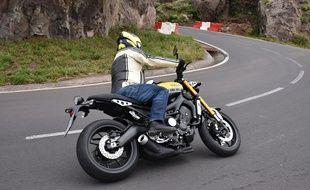 Un motard en montagne (illustration).