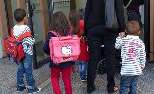Des enfants entrent dans une école élémentaire (illustration).
