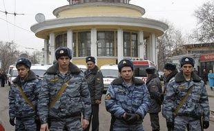 Les secours se pressent pour évacuer un corps après l'attentat suicide à la station de métro de Lubyanka en plein coeur de Moscou le 29 mars 2010.