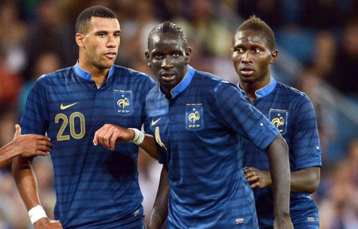 Mamadou Sakho et Mapou Yanga-Mbwia, avec Etienne Capoue à gauche, lors d'un match amical face à l'Uruguay, le 15août 2012 – FRANCK FIFE / AFP