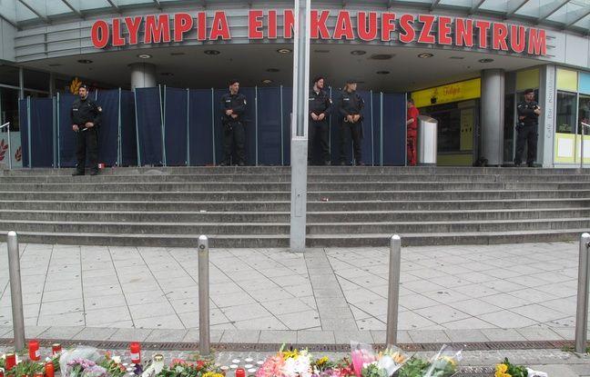 Hommages aux victimes le 23 juillet 2016 à Munich devant le centre commercial Olympia, où a éclaté une fusillade meurtrière.