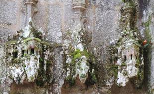 Moutier-d'Ahun (Creuse) ; granits sculptés au XVe siècle, ancien peuplement de lichens et de mousses