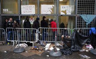 Des migrants attendent de pouvoir déposer une demande d'asile à Paris
