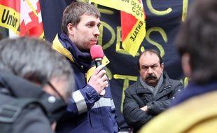 Un salarié gréviste de la Poste prend la parole lors de la venue du secrétaire de la CGT Philippe Martinez, le 23 mars 2018 à Rennes.