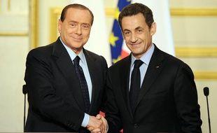 Nicolas Sarkozy et Silvio Berlusconi posent lors d'une conférence de presse commune à l'occasion du sommet franco-italien, à l'Elysée, le 9 avril 2010.