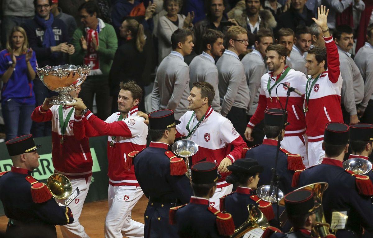Stan Wawrinka le saladier d'argent à la main après la victoire de la Suisse en Coupe Davis, le 23 novembre 2014, à Lille.  –  Peter Dejong/AP/SIPA