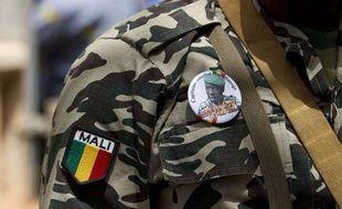 Un soldat malien porte un badge à l'effigie du capitaine Amadou Haya Sanogo avec écrit en dessous «Président, CNRDRE», non loin de Bamako.