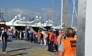 Des habits ou des aliments sont récupérés sur les yachts, comme ici à Antibes.