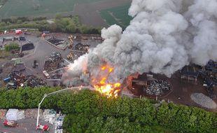 Une vue par drone de l'incendie de l'entreprise Galoo, à Aniche.