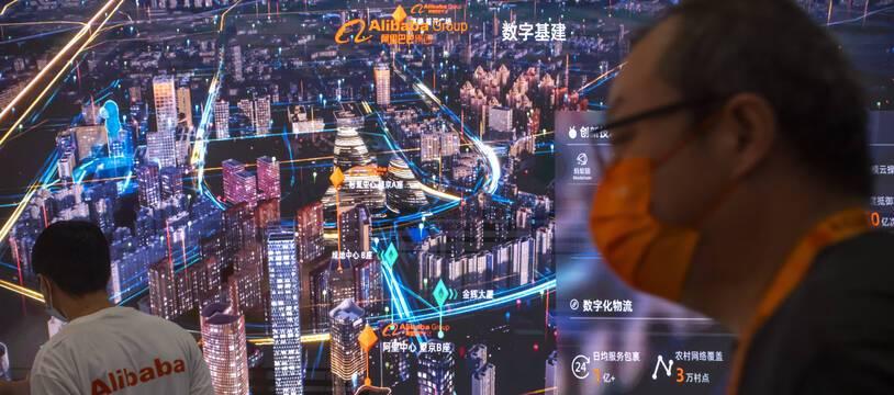 Le géant chinois du commerce en ligne Alibaba a vu ses actions plonger vendredi après sa promesse d'investir 100 milliards de yuans dans des causes caritatives en réponse à l'appel du président Xi Jinping.