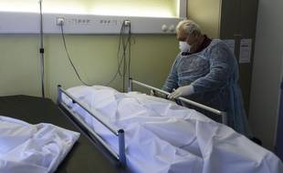 Un agent funéraire dans un hôpital à Mulhouse le 5 avril 2020.