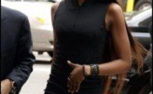La top-modèle britannique Naomi Campbell, convoquée devant la justice pour agression sur une de ses employées, a fait mardi une apparition éclair mais spectaculaire au tribunal de New York, provoquant une intense mêlée médiatique.