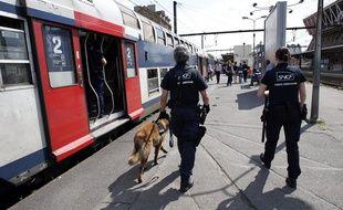 Des agents de la  SUGE, la sûreté dans les trains de la SNCF, sur un quai de la gare de Juvisy-sur-Orge, le 5 juillet 2012.