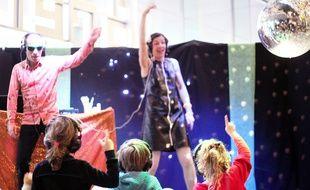 Des artistes dansent devant des enfants, ici lors de l'événement Premiers Dimanches, aux Champs Libres, à Rennes.