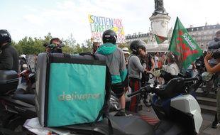 Des livreurs Deliveroo rassemblés place de la République à Paris pour protester contre leur nouvelle grille tarifaire, le 10 août 2019.