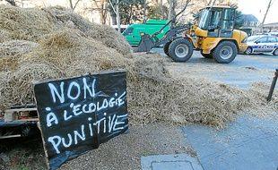 De la paille a été répandue mercredi devant le ministère de l'Agriculture.